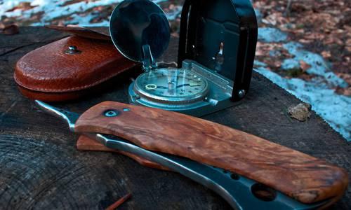 matériel de survie : couteau et boussole