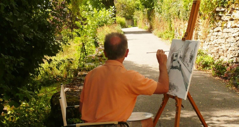 Homme dessinant en plein air