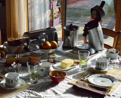 Profitez d'un petit déjeuner fait maison lors de votre séjour romantique à l'Ovni de Martigny avec KooKooning
