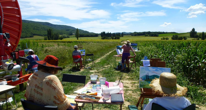 Groupe peignant dans la campagne