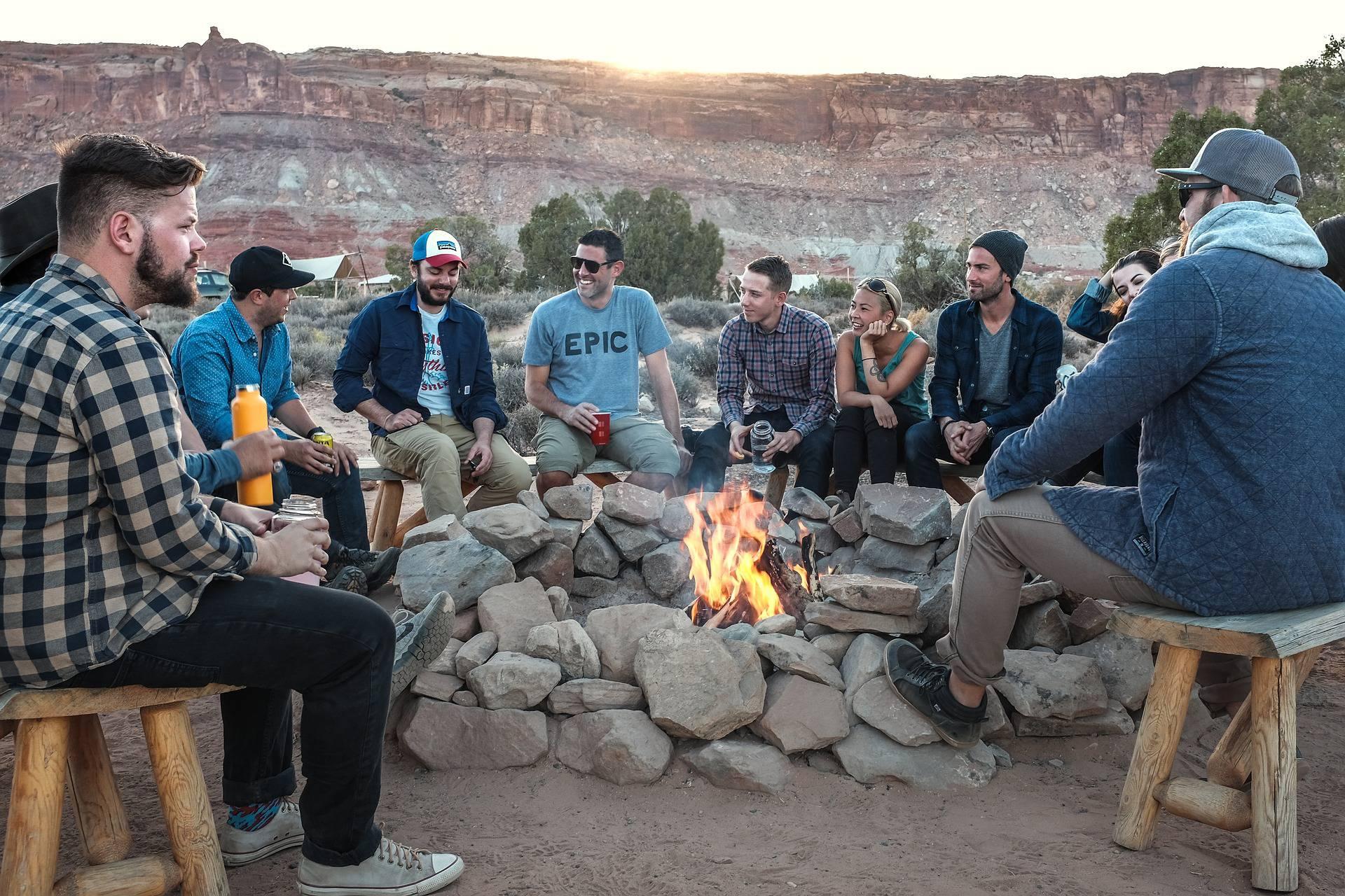 Hommes autour d'un feu de camp