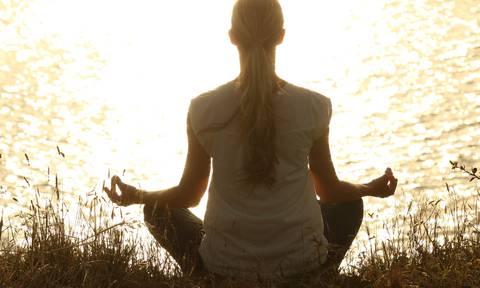 Femme méditation dans la nature