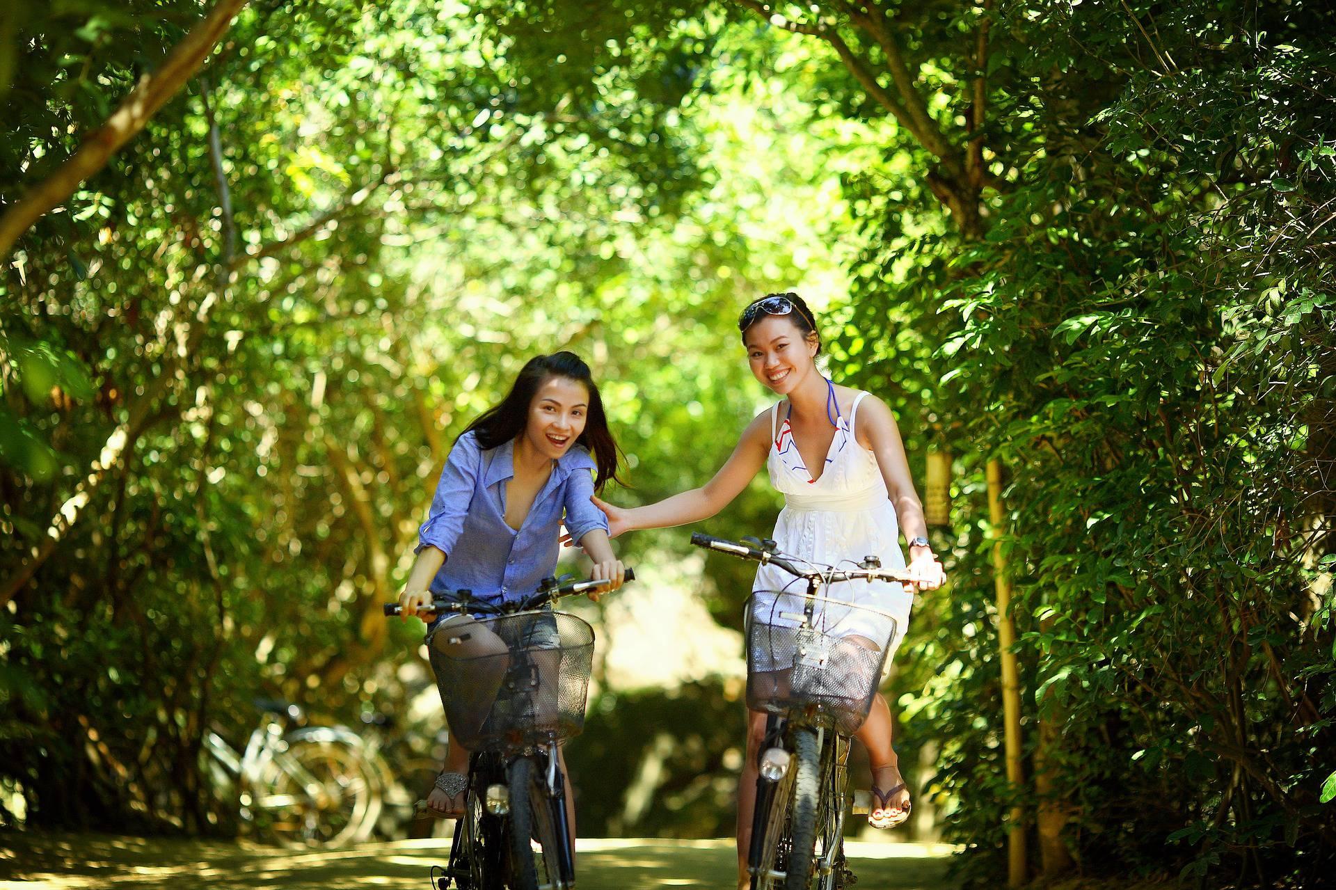 Amies riant à vélo