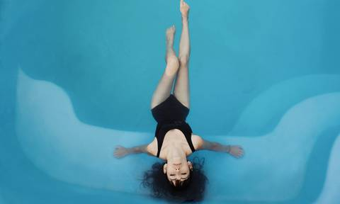 Femme détendue dans une piscine