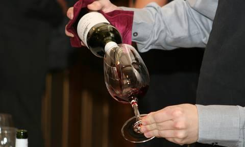 Œnologue servant du vin