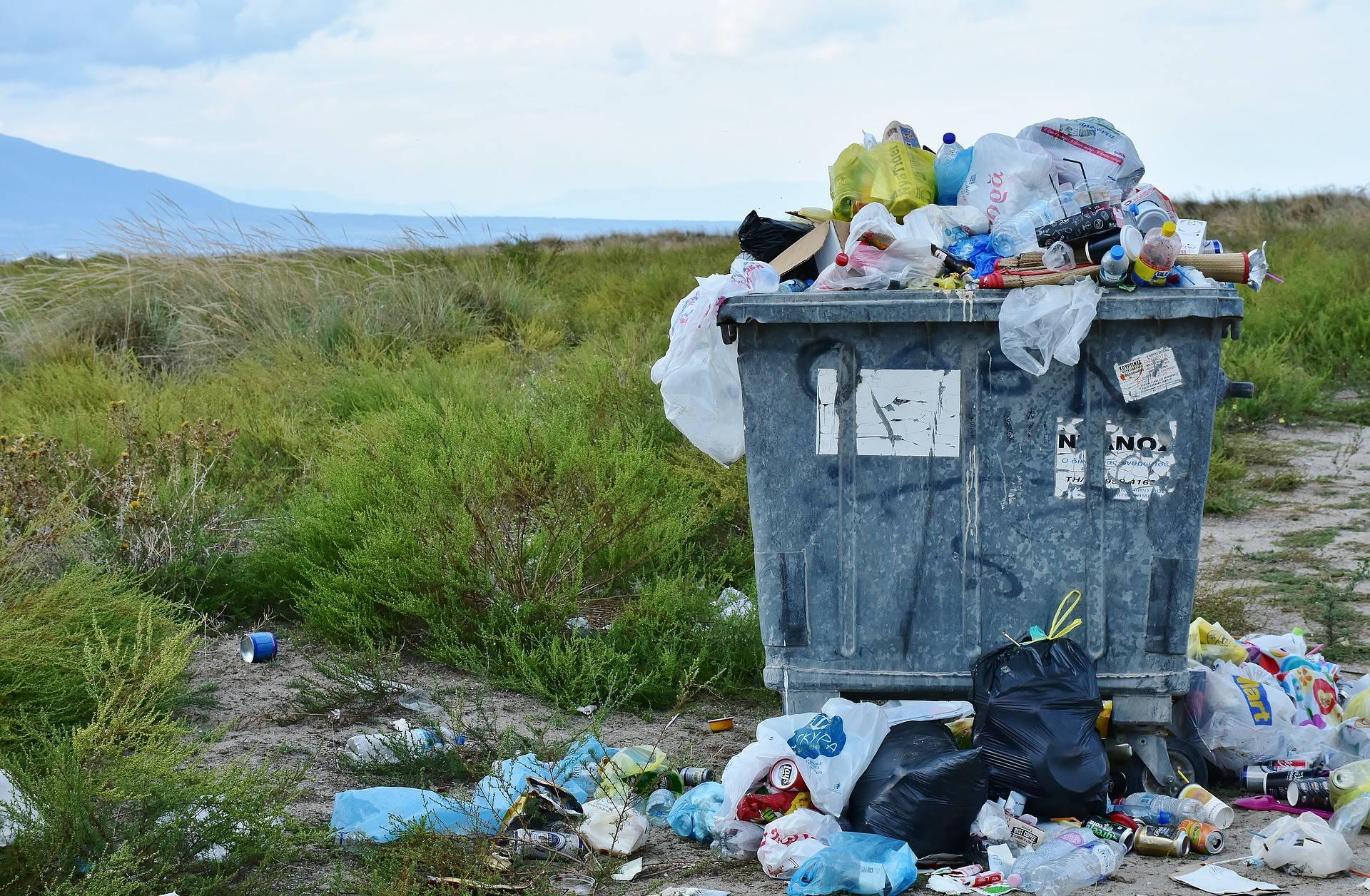 Montagne de déchets en pleine nature