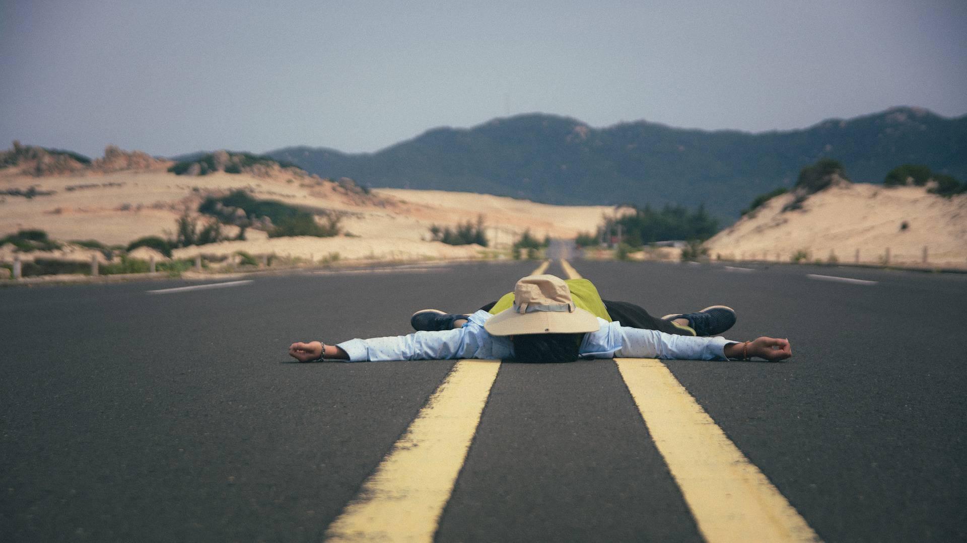 Homme allongé sur la route