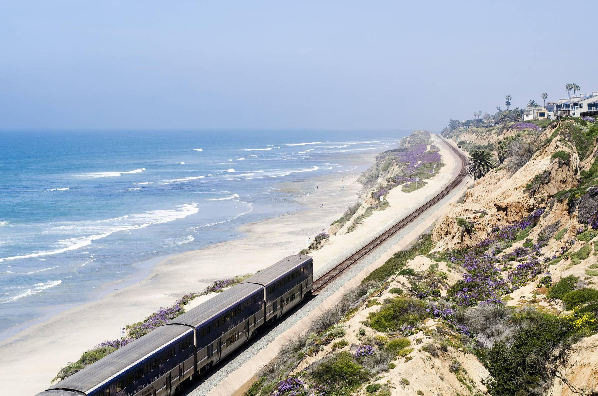 Train roulant en bord de mer