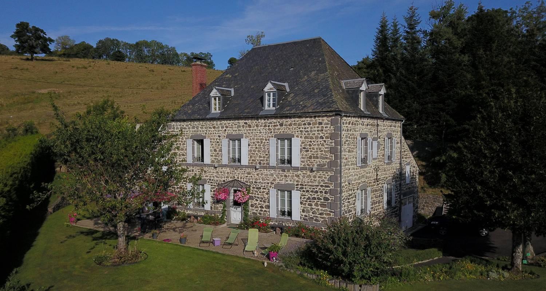 Bed & breakfast: mansion of xix ème century surrounded by meadows in parc naturel régional des volcans d'auvergne between chaîne des puys and massif du sancy.  in rochefort-montagne (108111)
