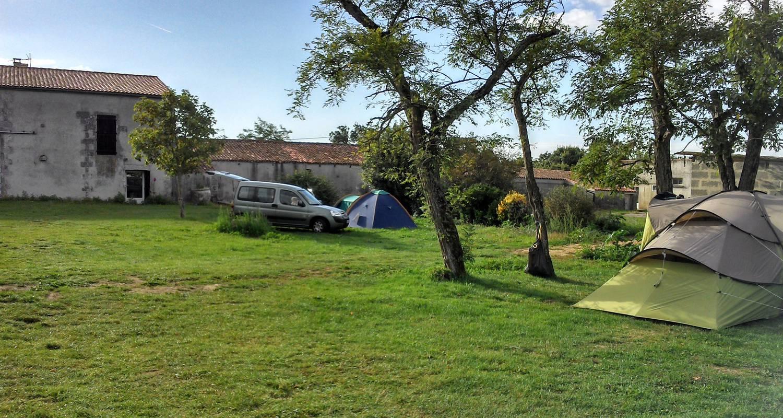 Camping pitches: camping à la ferme begaud et filles in saint-laurent-de-la-prée (120015)