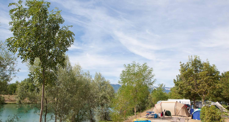 Emplacements de camping: tente et caravane au camping du lac bleu à châtillon-en-diois (120705)