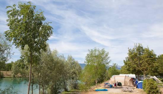 Tente et caravane au camping du Lac Bleu