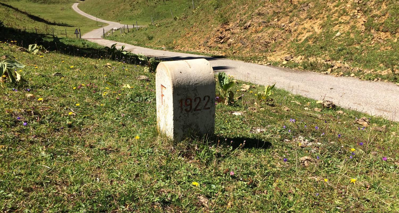 Activity: ballade accompagnée le long de la frontière franco suisse : sur les traces des passeurs de frontière.  in lajoux (124648)