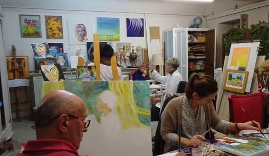 stages d'initiation ou de perfectionnement à des métiers d'art ou à des techniques de peinture, dessin