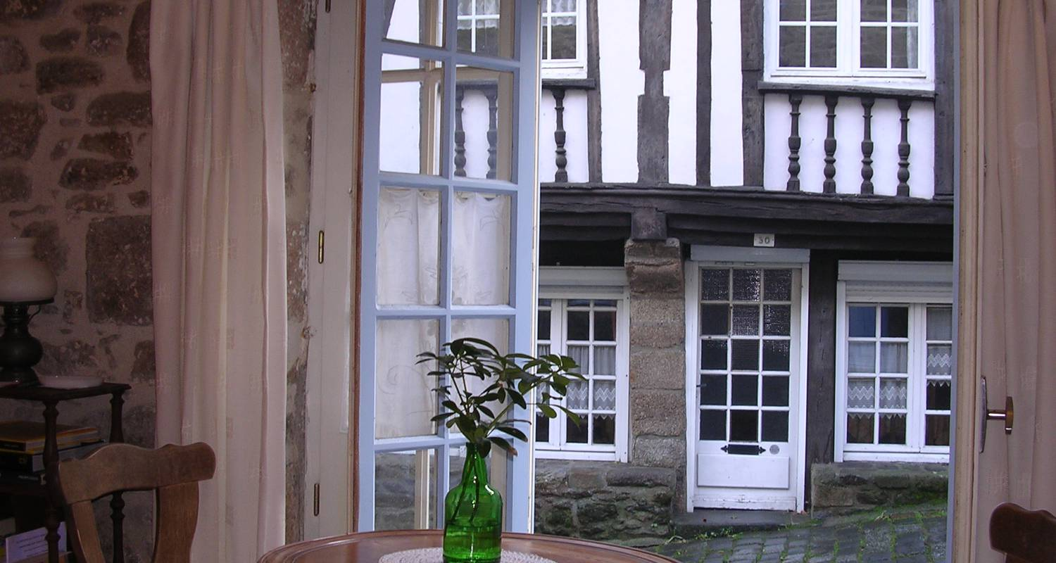 Furnished accommodation: the little blue house in dinan (126800)