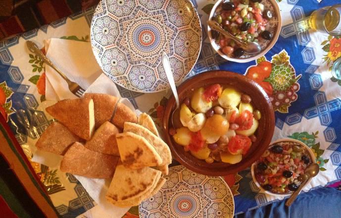 Cours de cuisine dans une maison familiale berbère