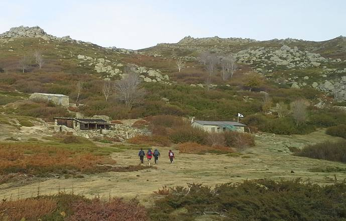 Family hiking week end in may: treasure hunts, caves and shepherds'huts