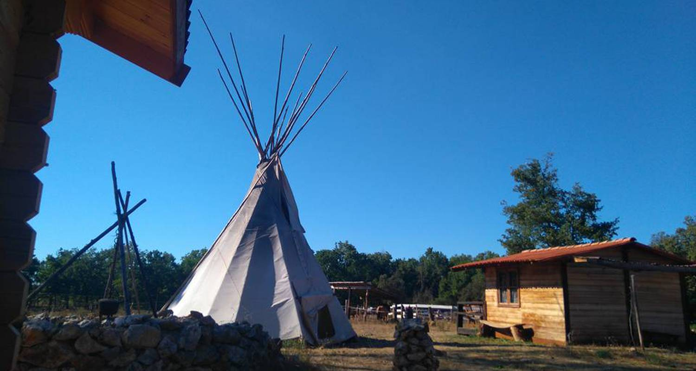 Bed & breakfast: cabanes et tipis de la ferme equestre du puits de riquier in moissac-bellevue (130298)