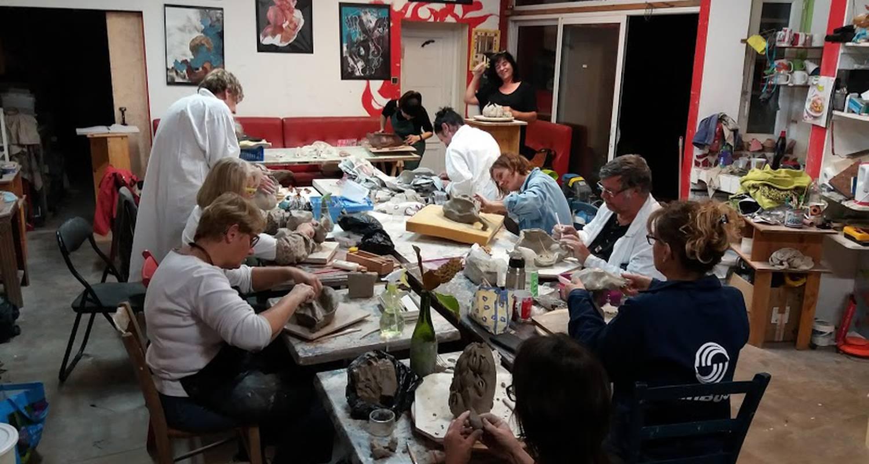 Activity: stage d ete  2018 de modelage, , terre papier, terre sigilee,engobes, émaillage, cuisson raku et enfumage in bouaye (130872)